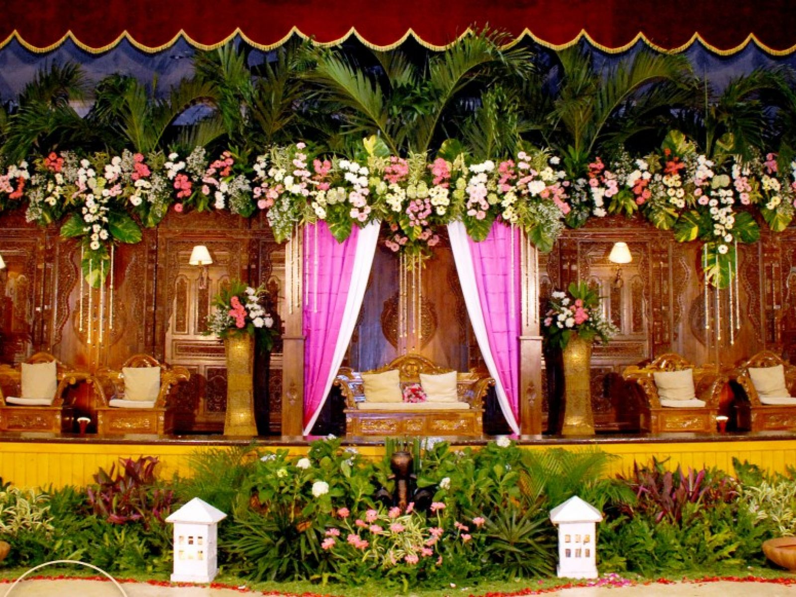 Rumah Safa menyediakan berbagai dekorasi adat, mulai dari dekorasi Adat Jawa, Adat Betawi, Adat Minang, Adat Tapanuli Selatan, Adat Bugis, dan lain-lain